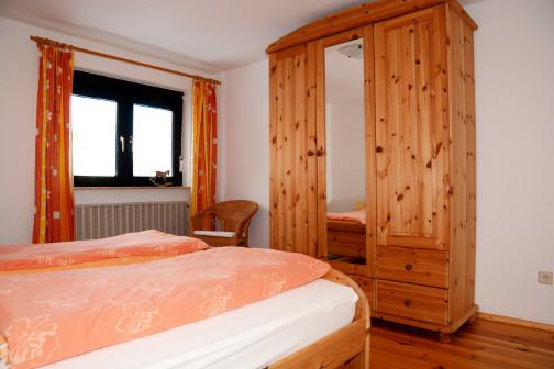 Schlafzimmer eins der Ferienwohnung mit Schrank