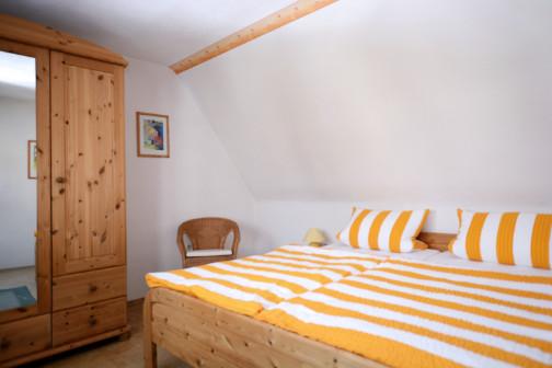 Schlafzimmer II der Ferienwohnung mit Schrank