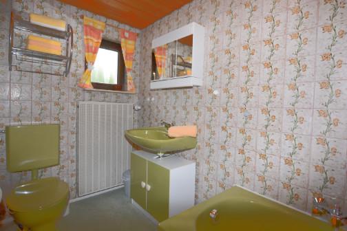 Badezimmer mit Fenster in der Ferienwohnung